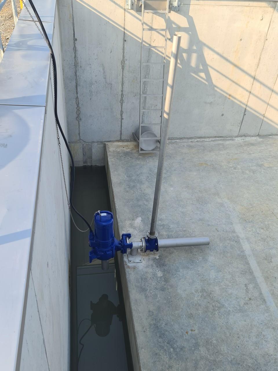 14.07.2021 Installation des Strahlbelüfters im Regenüberlaufbecken.jpg