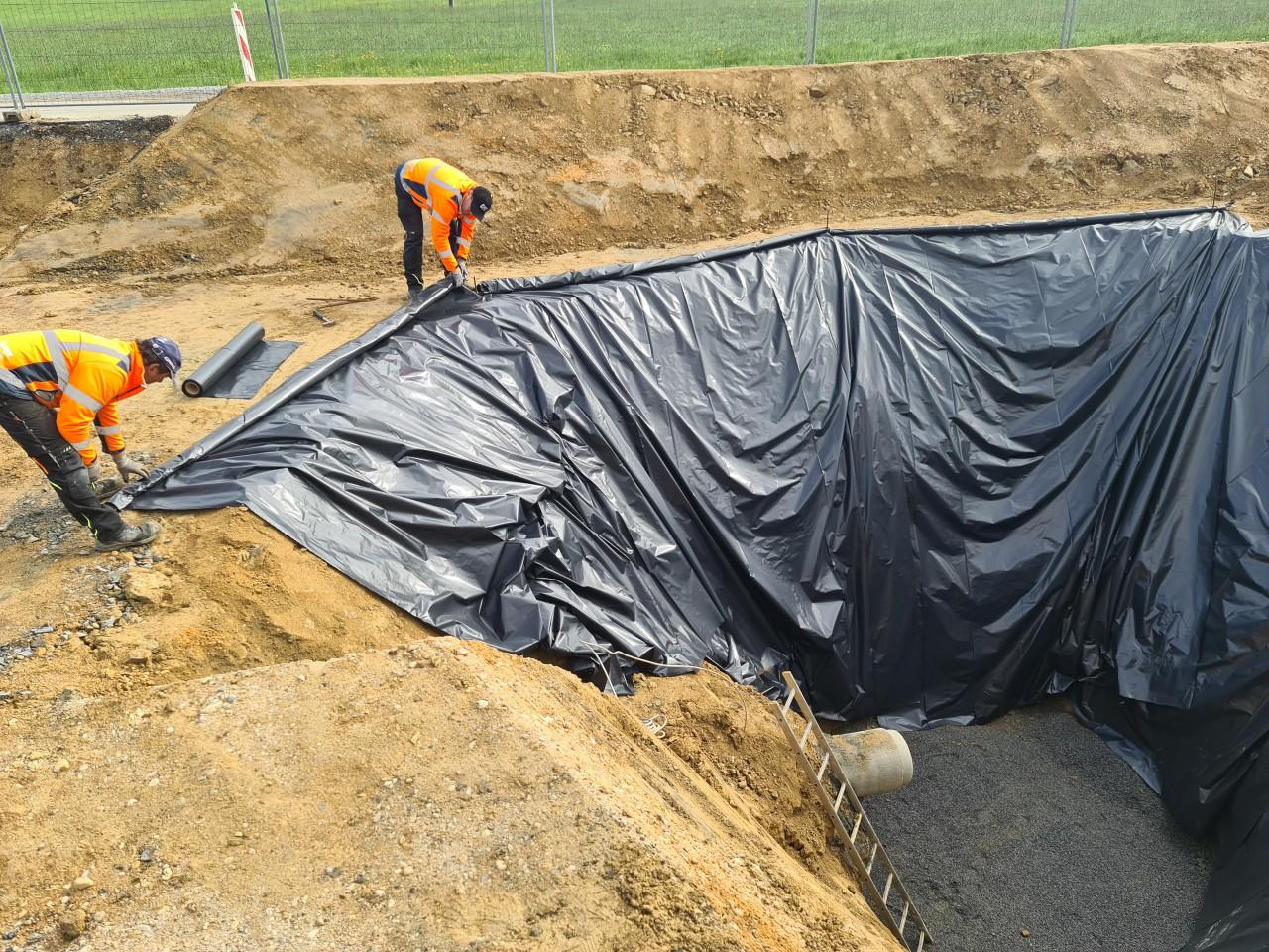 21.05.2021 Sichern der Baugrube des Pumpenschachtes gegen Regen und Steinschlag.jpg