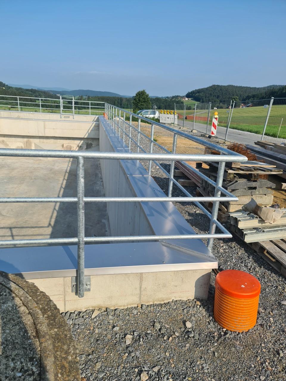 08.07.2021 Installation der Edelstahlabdeckungen auf das Regenüberlaufbeckens.jpg
