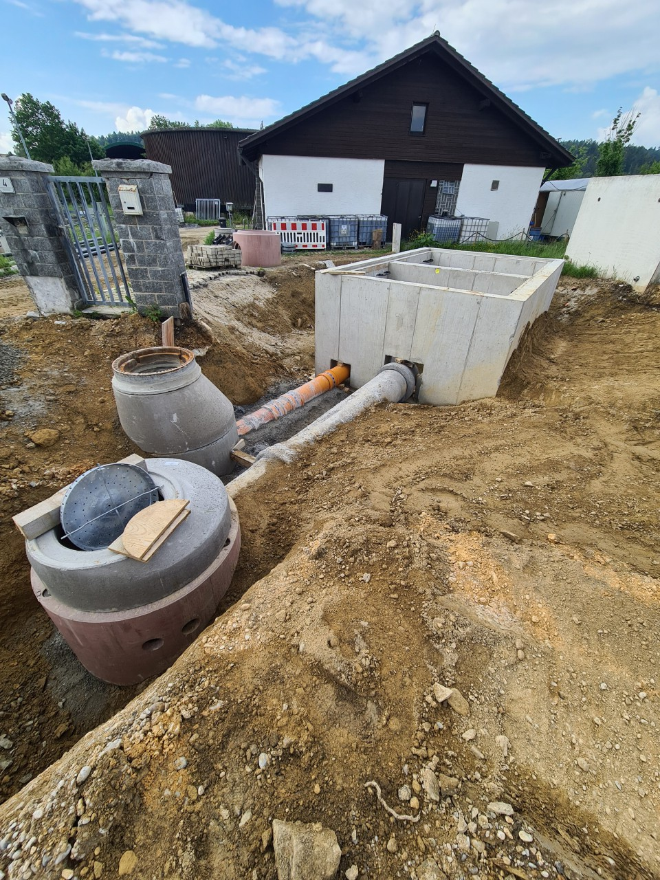 10.6.2021 Setzen des Zulaufschachtes vor dem Trennbauwerk und Anschluss an dieses.jpg
